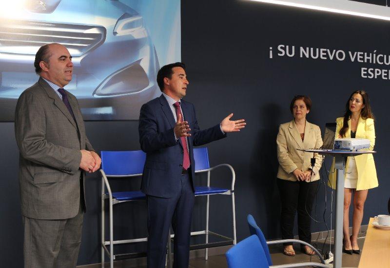 Momento de la inauguración del espacio networking en Peugeot Ourense.