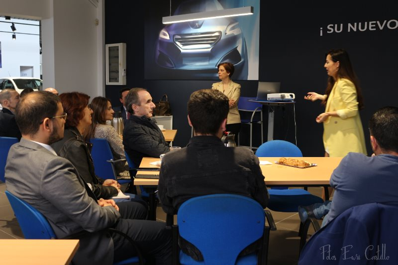 Público asistente a la inauguración del espacio networking de Peugeot en Ourense.
